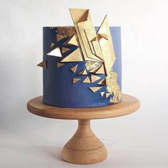 This ultra modern geometric wedding cake SERIOUSLY brings the drama! The gold art deco touches make this cake a total knock out. Best Picture For Cake Design gold For Your Taste You are looking for so Birthday Cakes For Men, Art Deco Cake, Cake Art, Cool Wedding Cakes, Wedding Cake Toppers, Geometric Cake, Geometric Wedding, Bolo Glamour, Bolo Musical