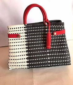 Bellas versiones de Bolsa Artesanal Mexicana , con un toque de lujo y distinción, son bolsas elaboradas con hermosos detalles , son totalmen...123740373