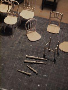 アンティーク風なミニチュアの椅子を9脚作りました。 こんな感じかな?これはどうだろう?と 作りながらすすめていくタイプのわたし。...