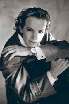 1989 – Androgyn: Jil Sander in einem Shooting des spanischen Modefotografen Javier Vallhonrat, mit Mantel, Manschettenknöpfen und Herrenuhr.