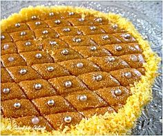 Tamina, un gâteau de semoule au miel que nous préparons chez nous pour les naissances entre autre. Ce gâteau est à base de semoule grillée, de beurre