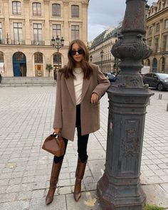 The Minimalist Outfit: A T-Shirt, Blazer, Jeans, Bag, and Knee-High Boots Winter Fashion Outfits, Fall Winter Outfits, Autumn Winter Fashion, Vintage Winter Fashion, Winter Dresses, Fall Dress Outfits, Fashion Clothes, New York Winter Fashion, Summer Outfits