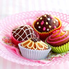 Ihastuttavan värikkäät vappumuffinit kulkevat mukana picnic-korissa! Poimi resepti mukaasi tästä: http://www.dansukker.fi/fi/resepteja/varikkaat-vappumuffinit.aspx #vappu #muffinit #kevat