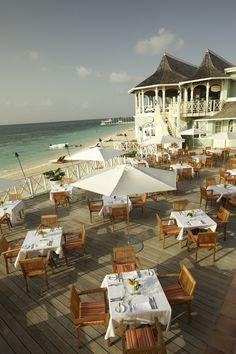One of our many restaurants near the sea mooi terras waarbij je een fantastisch uitzicht op zee hebt. mooie tafel bekleding en mooie stoelen die het plaatje compleet maken als droom terras.