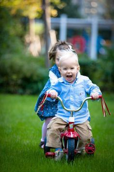 sibling fun, tricycle prop, family & lifestyle photography, Sydney Northern Beaches portrait & lifestyle photographer
