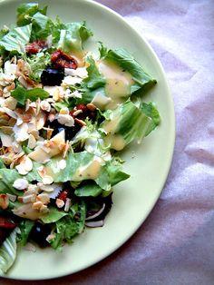 Qchenne-Inspiracje! Odchudzanie, dietoterapia, leczenie dietą: Przepisy FIT: Mix sałat z prażonymi migdałami, suszonymi pomidorami, oliwkami i sosem vinegret