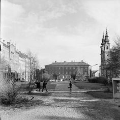 #sopron #hungary #1970s #europe #bw #bnw #bnw_rose #bnwsouls #bnw_top #széchenyitér #tavasz #spring #blackwhite #blackandwhite #város #stadt #town #city ##street #straße  #bnw_planet #bnwhungary #bnw_life_shots #rolleiflex #6x6