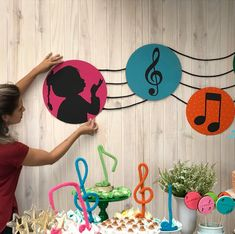 No photo description available. Music Theme Birthday, Music Themed Parties, Birthday Party Themes, Festa Rock Roll, Preschool Crafts, Crafts For Kids, Piano Crafts, Music Decor, Music Party Decorations