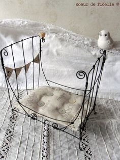 miniature bed, by Coeur de Ficelle.think it would be easy to copy! miniature bed, by Coeur de Fic Fairy Furniture, Miniature Furniture, Doll Furniture, Dollhouse Furniture, Diy Dollhouse, Dollhouse Miniatures, Art Fil, Bjd Doll, Ann Wood