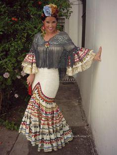 BLOG6 @flamencasconarte Traje de flamenca beis Flamenco Party, Boho Fashion, Fashion Beauty, Costumes Around The World, Mode Simple, Tribal Dress, Turquoise And Purple, Wedding Costumes, Belly Dance Costumes