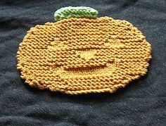 a fun and simple pumpkin shaped dishcloth, perfect for halloween.