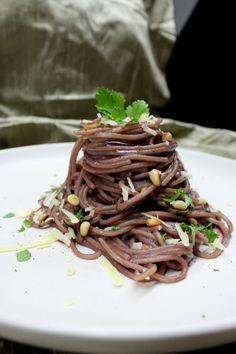 Μακαρόνια με κόκκινο κρασί, σκόρδο, μαϊντανό και κουκουνάρι Wine Sauce, Spaghetti, Pasta, Beef, Cooking, Ethnic Recipes, Food, Meat, Kitchen