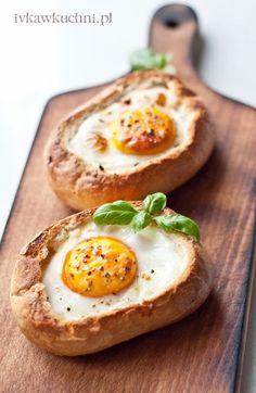 Ivka w kuchni - przepisy i fotografia : Jajko zapiekane w bułce, z boczkiem, serem żółtym ...
