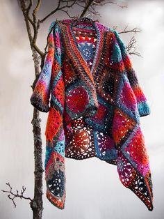New crochet granny square shawl english ideas Poncho Au Crochet, Crochet Bolero, Crochet Shrug Pattern, Crochet Diy, Crochet Coat, Crochet Shawls And Wraps, Crochet Jacket, Crochet Granny, Crochet Scarves