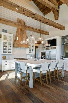 Interior Design Ideas Texas Farmhouse Style Interiors Home - Happy Weekend Everyone I Hope You Have A Great Time On Home Bunch Today Because Todays Interior Design Ideas Is Bringing That Texas Farmhouse Style That Everyone Is Loving These Da Farmhouse Kitchen Lighting, Rustic Kitchen, Country Kitchen, New Kitchen, Barn Kitchen, Green Kitchen, Rustic Table, Kitchen Ideas, Kitchen Decor