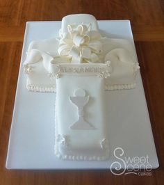 AKA First Communion Edition. Last week's cake was also a boy's first communion cake which was a completely different design. Never again EVER do i want to do a cross cake, very hard to cover in. Boys First Communion Cakes, Boy Communion Cake, First Communion Decorations, First Communion Party, Bible Cake, Confirmation Cakes, Baptism Cakes, Cross Cakes, Religious Cakes