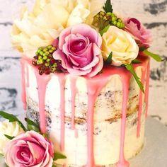 Matrimonio.it | Naked cake con fiori freschi