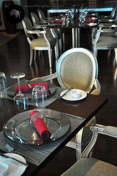 Metallic Silver Show Plate & Napkin Ring Set For A Mininal Luxury Tabletop designd by www.the-glass-co.com! Code: P1-C5-00-HR23 Ask us at info@myglassstudio.com