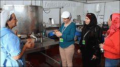 Inés, Oumaya y Nawal, de izquierda a derecha,en Montejaque en una fábrica de conservas ©Vanessa Melgar