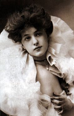 """Florence Evelyn Nesbit (December 1884 – January known professionally as Evelyn Nesbit, was a popular American chorus girl and artists' model whose liaison with architect Stanford White immortalized her as """"The Girl in the Red Velvet Swing"""". Evelyn Nesbit, Vintage Photographs, Vintage Photos, Charles Dana Gibson, Gibson Girl, Photo B, Silent Film, Before Us, Up Girl"""