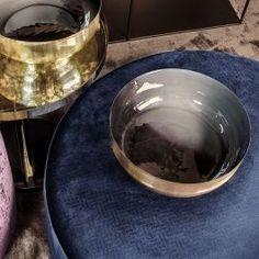 Vakker skål med messingfinish på utsiden og blågrå innside fra Dome Deco.    Mål: ø 35 x H12 cm  Materiale: Jern