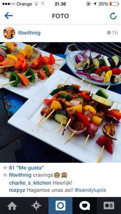 Pinchito de pollo con berenjena, calabazin, mango,pepino verde y rojo al horno o a la parilla