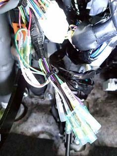 ナビからの車速、バック、パーキングブレーキの信号を運転席右下の のれん分けハーネス に繋ぎます。<br /> <br /> のれん分けハーネス側のギボシ端子は以下のようになっていますので、ナビ側はオス/メス反対のものを予め取り付けておきます。<br /> <br /> 車速:メス<br /> バック:メス<br /> パーキング:メス<br /> GND:オス