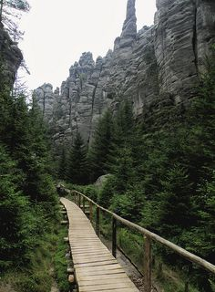 Wooden trail at Adršpach-Teplice Rocks - Czech Republic Beautiful Places To Travel, Beautiful World, Places Around The World, Around The Worlds, Destinations, Dubai Skyscraper, Adventure Is Out There, Science And Nature, Wonders Of The World