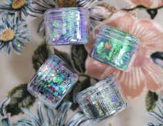 Fick ett pressutskick från mitt favvoglittermärke The Gypsy Shrine idag med deras senaste kollektion :) Det var så perfekt, för vad piffar inte upp en sån här regnig dag bättre än lite glitter? Dessa burkar på 10gram ligger på 6,50 pund styck, vilket är ungefär 66 spänn. Säljs på Thegypsyshrine.co