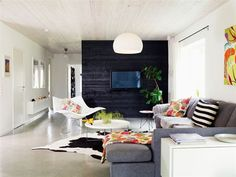 """dicotomia do preto e branco na """"Decoração de sala de estar em Limhamn, na Suécia. (Casa Vogue Brasil)"""