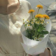Trendy Plants Aesthetic Girl 35 Ideas – Best Home Plants Plant Aesthetic, Spring Aesthetic, Flower Aesthetic, Aesthetic Photo, Aesthetic Girl, Aesthetic Pictures, Plants Are Friends, No Rain, Mellow Yellow