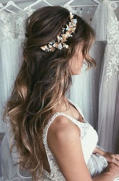 Hair Style; Bridal Hairstyle; Wedding; Scattered Hairstyle;Long Hair; Half Up Half Down; Loose Hair Style; Shoulder Length;Curly Hair; With Braids; Garland; Fluffy Hairstyle