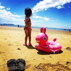 Instagram media 2ka3os11 - 地元の海だぜ!チョー気持ちよかったぜ!☀︎⛵️⚓︎ 娘と2人で海水浴デート!♡ #ugg#アグ #beachsandals#ビーサン #see#ocean#beach #海#海水浴 #rody#ロディ #うきわ#浮輪 #愛娘#girl#女の子 #海デート#海水浴デート #bikini#ビキニ #青空#夏#summer