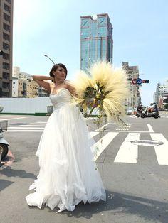 Moulin Rouge Bridal Fan #grass #fan #bride #flowers #class #taiwan #workshop #bouquet #timobolte Bride Flowers, Taiwan, Grass, Workshop, Bouquet, Fan, Bridal, Wedding Dresses, Fashion
