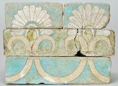 """Le Raccolte > Ceramiche del Vicino Oriente antico  Mattoni. """"Faenza"""" silicea smaltata. Persia, periodo Achemenide, VI secolo a.C. Deposito Musée du Louvre, 1952, invv. 5480-5483"""