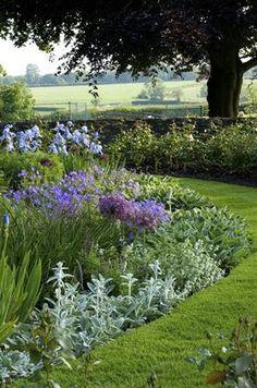 Bekijk de foto van Ietje met als titel Tuinborder met verschillende bloemen en planten.   en andere inspirerende plaatjes op Welke.nl.