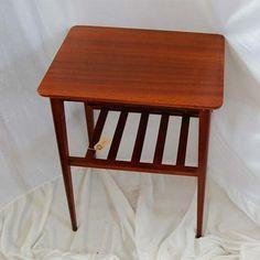 Retro sybord i blank teak træ, med en lille hylde. Kan også bruges som telefonbord eller natbord. Køb det hos Pipi Antik.
