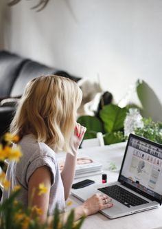Inspiration für lebendige Businessfotografie in Deiner natürlichen Arbeitsumgebung | Inspiration Pose für ein Fotoshooting in dem Deine Persönlichkeit rüber kommt. Achte bei der Wahl Deines Fotografen darauf, dass er Dich und Dein Business versteht und beides in einem Bild perfekt vereinen kann, damit Du eine schöne und aussagekräftige virtuelle Visitenkarte erhältst. Businessfotografie Frauen