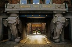 La puerta de los elefantes de la antigua cervecería Carlsberg es, sencillamente espectacular.