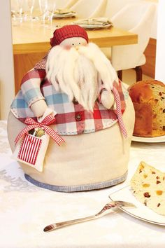 Cobre panetone: o panetone em destaque na mesa. Aprenda a fazer na ed. 46, acesse: www.patcheafins.com.br. Dentro do Patchflix. Christmas Time, Christmas Crafts, Tea Cozy, Christmas Inspiration, Doll Clothes, Snowman, Arts And Crafts, Santa, Dolls