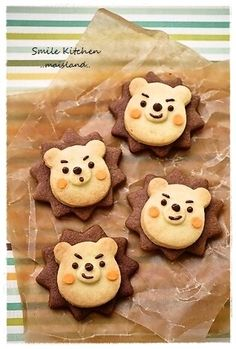 Lion cookie - I like this idea but I think I would modify as I thought it was a Winnie the Pooh cookie on a background. Cut bear shape from chocolate cookie too and slot into place. Lion Cookies, Cute Cookies, Cookies Et Biscuits, Bolacha Cookies, Galletas Cookies, Cookie Recipes, Dessert Recipes, Icebox Cookies, Cute Baking