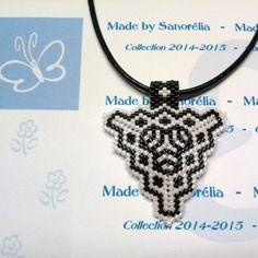 2014/031 - pendentif + cordon - style triangle - tissage  peyote - perle en noir et blanc - motif bérénice