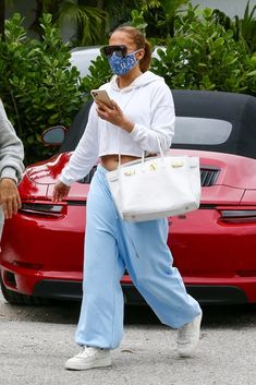 White Trousers, White Jeans, Celebrity Moms, Nude Pumps, Star Print, White Sneakers, Jennifer Lopez, Stylish, Face