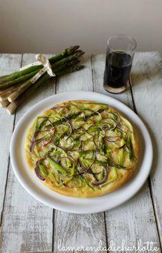 pizza con asparagi e cipolla rossa http://www.lamerendadicharlotte.com/pizza-con-asparagi-e-cipolle-rosse/