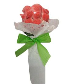 Detalles para bautizos – Bouquet rosa  Realizado con golosinas de fresa Medidas aproximadas 27cm de alto x 12cm de ancho Peso aproximado 160 grs Precio 4.50 https://elmundodelaschuches.com/tienda/detalles-para-bautizos-bodas-y-comuniones/detalles-para-bautizos-bouquet-rosa/