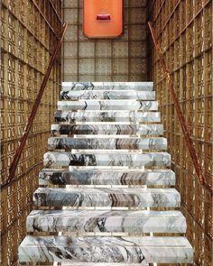 Лестница, ступени из искусственного камня или акрилового камня. Акриловый камень в дизайне дома, интерьере.
