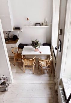 Small dining rooms and areas are inherently a lot more difficult to design than compact bedrooms and tiny living spaces. Turn a small dining room into a focal point of your house with these tips and tricks. Simple style and… Continue Reading → Home Interior, Kitchen Interior, Apartment Interior, Interior Ideas, Interior Styling, Interior Architecture, Sweet Home, Appartement Design, Eat In Kitchen