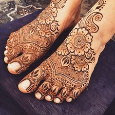 It's been awhile since I last hennaed #feet and I felt a little rusty! To me the #toes feel a little over crowed but I like the flow of the #floral tops.  #maplemehni #mehndi #henna #hennapro #Delhi #NewDelhi #art #adornment #Rishikesh #travel #india #pattern #LakeCity #Udaipur #decoration #practice