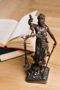 Senhora da justiça e livros de direito n... | Free Photo #Freepik #freephoto #livro #madeira #mulher #tabela Dream Job, Dream Life, Simbolos Do Facebook, Criminal Procedure, Lady Justice, Law Books, Vector Photo, Book Aesthetic, Law School