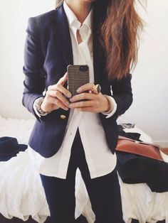 Casual chic, work style —> navy blazer, white buttoned-down + dark jeans (that statement ring is also pretty fab) THIS IS HOW TO ROCK A CASUAL FRIDAY ladies 40 + just add boot cut jeans. Winter Outfits, Casual Outfits, Cute Outfits, Navy Blazer Outfits, Mode Style, Style Me, Casual Chic, Look Office, Office Chic
